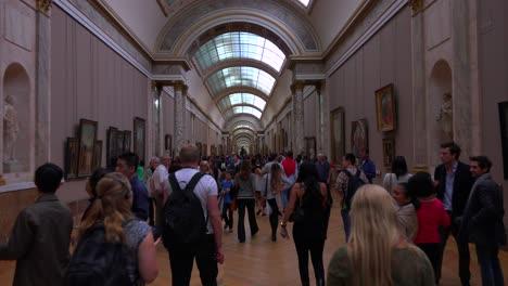Galerías-Interiores-Del-Museo-Del-Louvre-En-París