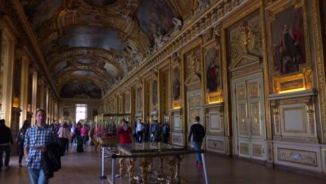 Los-Turistas-Caminan-En-Las-Galerías-Interiores-Del-Museo-Del-Louvre-En-París