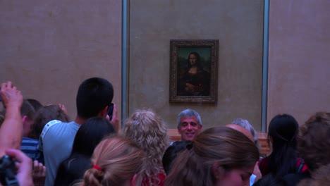 Los-Turistas-Se-Aglomeran-Alrededor-De-La-Pintura-De-Mona-Lisa-En-El-Museo-Del-Louvre-En-París-1