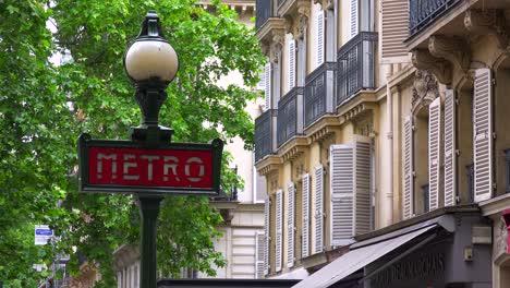 Un-Letrero-Del-Metro-En-Una-Calle-De-París-Francia