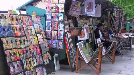Un-Vendedor-Ambulante-En-París-Vende-Revistas-Y-Obras-De-Arte