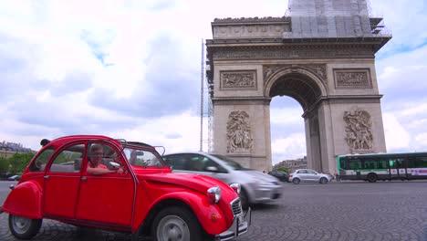 Un-Citroen-Rojo-Vintage-Se-Encuentra-Frente-Al-Arco-Del-Triunfo-En-París