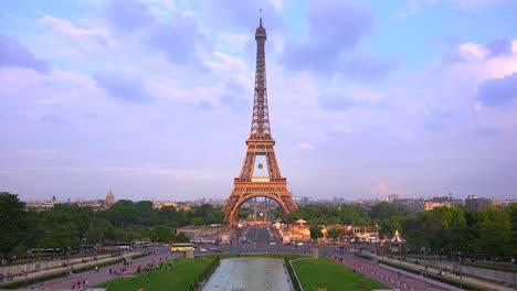 Beautiful-establishing-shot-of-the-Eiffel-Tower-París