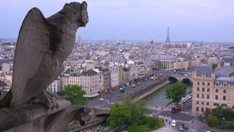 Las-Gárgolas-Vigilan-París-Francia-Desde-La-Catedral-De-Notre-Dame-2