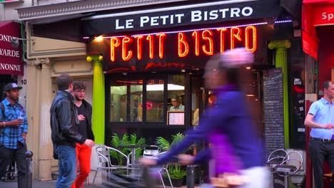 Ein-Kleines-Pariser-Café-Oder-Restaurant