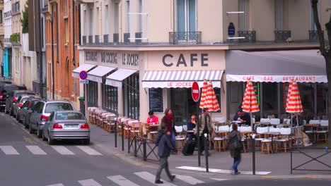 A-classic-Paris-outdoor-cafe-with-waiters-serving-1