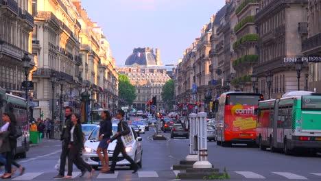 El-Tráfico-Se-Mueve-Por-El-Centro-De-París