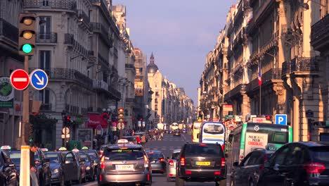 El-Tráfico-Se-Mueve-Por-El-Centro-De-París-1