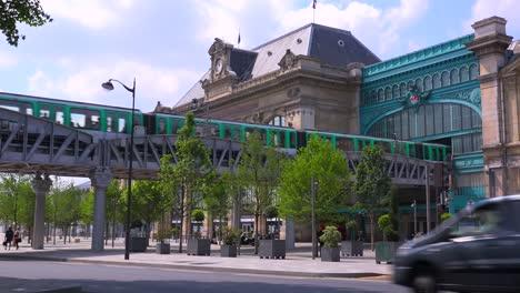 A-subway-train-crosses-a-bridge-over-a-busy-road-in-París