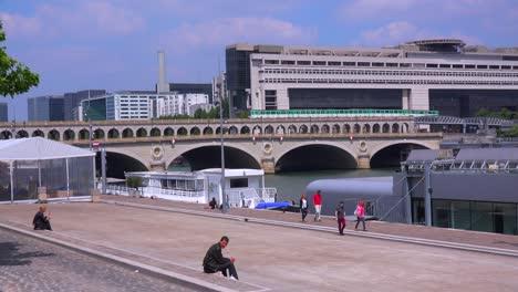 Un-Tren-Subterráneo-Cruza-Un-Puente-En-París-3