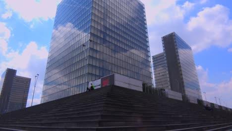 Inclinarse-Hacia-Un-Edificio-De-Oficinas-De-Gran-Altura