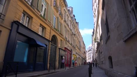 La-Gente-Camina-Por-Los-Estrechos-Callejones-De-París-