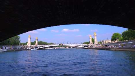 Ein-Blickwinkel-Von-Einem-Bateaux-Mouche-Riverboat-Entlang-Der-Seine-In-Paris