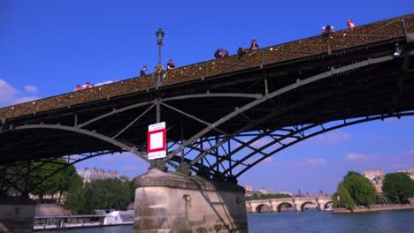 Un-Punto-De-Vista-Del-Pont-Des-Artes-Desde-Un-Barco-Fluvial-Bateau-Mouche-A-Lo-Largo-Del-Río-Sena-En-París
