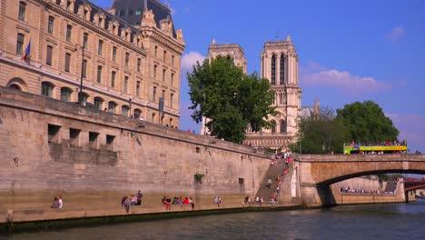 Ein-Blick-Auf-Die-Kathedralen-Von-Notre-Dame-Von-Einem-Bateaux-Mouche-Riverboat-Entlang-Der-Seine-In-Paris