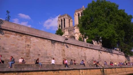 Un-Punto-De-Vista-De-Las-Catedrales-De-Notre-Dame-Desde-Un-Barco-Fluvial-Bateaux-Mouche-A-Lo-Largo-Del-Río-Sena-En-París-1