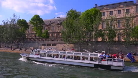 A-point-of-view-of-a-bateaux-mouche-riverboat-traveling-along-the-Seine-Río-in-París