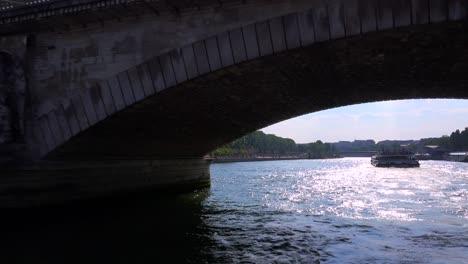 Un-Punto-De-Vista-De-Un-Barco-Fluvial-Bateaux-Mouche-Que-Viaja-A-Lo-Largo-Del-Río-Sena-En-París-1