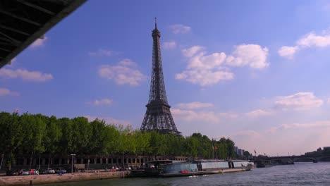 Un-Punto-De-Vista-De-La-Torre-Eiffel-Desde-Un-Barco-Fluvial-Bateaux-Mouche-Viajando-A-Lo-Largo-Del-Río-Sena-En-París