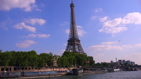 Un-Punto-De-Vista-De-La-Torre-Eiffel-Desde-Un-Barco-Fluvial-Bateaux-Mouche-Viajando-A-Lo-Largo-Del-Río-Sena-En-París-1