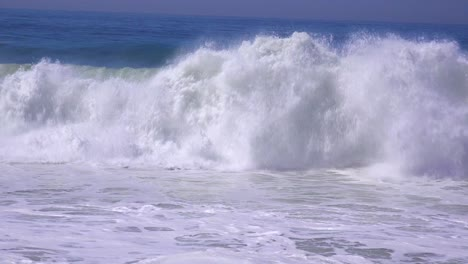 A-large-storm-in-Southern-California-causes-a-huge-swell-and-crashing-surf-3