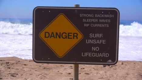 Un-Letrero-A-Lo-Largo-De-Una-Playa-De-California-Advierte-Sobre-Olas-Peligrosas-Y-Fuertes-Corrientes-De-Resaca-1