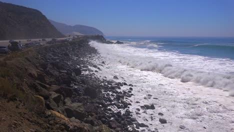 Grandes-Olas-Rompen-A-Lo-Largo-De-Una-Playa-De-California-Cerca-De-Malibu