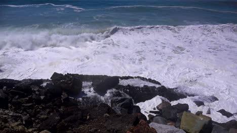 Grandes-Olas-Rompen-A-Lo-Largo-De-Una-Playa-Del-Sur-De-California-Cerca-De-Malibu