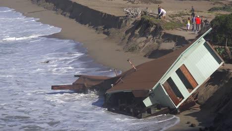 A-house-along-the-Malibu-coastline-collapses-into-the-sea-after-a-major-storm-surge-3