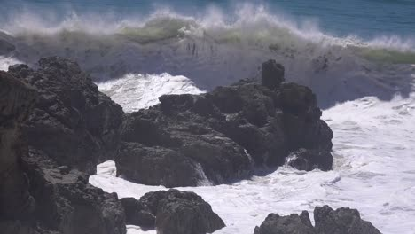 Ocean-wavs-crash-on-the-shore-during-a-storm-surge-in-Southern-California