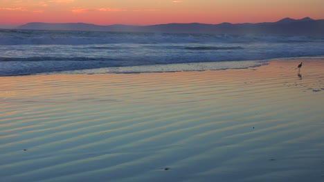 Una-Hermosa-Escena-De-Playa-Al-Atardecer-A-Lo-Largo-De-La-Carretera-Uno-De-California