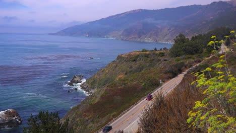 Un-Alto-ángulo-De-Vista-De-Los-Automóviles-Que-Circulan-Por-La-Autopista-Uno-De-California
