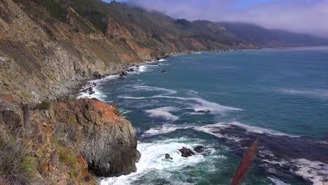 Un-Alto-ángulo-De-Vista-De-La-Escarpada-Costa-A-Lo-Largo-De-La-Autopista-Uno-De-California