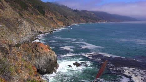 Un-Alto-ángulo-De-Vista-De-La-Escarpada-Costa-A-Lo-Largo-De-La-Autopista-Uno-De-California-1