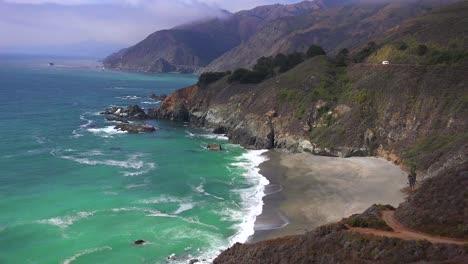 Un-Alto-ángulo-De-Vista-De-La-Escarpada-Costa-A-Lo-Largo-De-La-Autopista-Uno-De-California-2