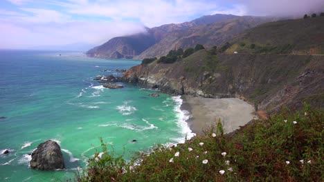 Un-Alto-ángulo-De-Vista-De-La-Escarpada-Costa-A-Lo-Largo-De-La-Autopista-Uno-De-California-3