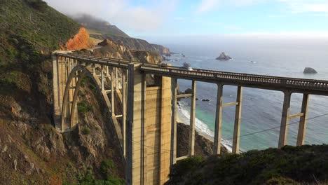 Toma-De-Establecimiento-Del-Famoso-Puente-Bixby-En-La-Autopista-Uno-De-California-Cerca-De-Big-Sur-2