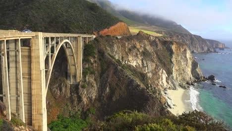 Toma-De-Establecimiento-Del-Famoso-Puente-Bixby-En-La-Autopista-Uno-De-California-Cerca-De-Big-Sur-3