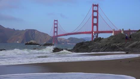Una-Vista-De-Baker-Beach-En-San-Francisco-Hasta-El-Puente-Golden-Gate-Con-Olas-Rompiendo-En-La-Orilla