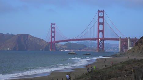 Una-Vista-De-Baker-Beach-En-San-Francisco-Hasta-El-Puente-Golden-Gate-Con-Olas-Rompiendo-En-La-Orilla-1