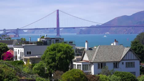 The-Golden-Gate-Bridge-behind-a-residential-neighborhood-in-San-Francisco