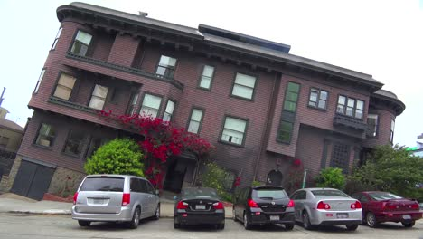 Optical-illusion-of-an-old-Victorian-house-in-San-Francisco-leaning-on-a-hill