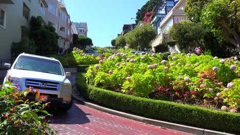 Cars-drive-down-Lombard-Street-in-San-Francisco-America-s-windiest-street