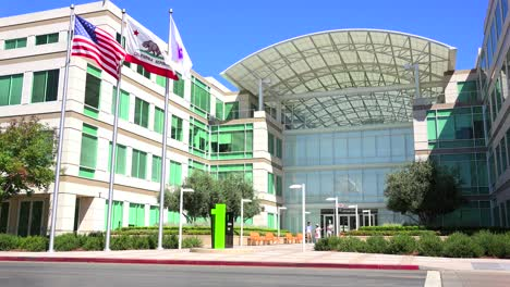 Establishing-shot-of-Apple-Headquarters-in-Cupertino-California-1