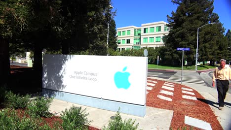 People-walk-outside-Apple-Headquarters-in-Cupertino-California