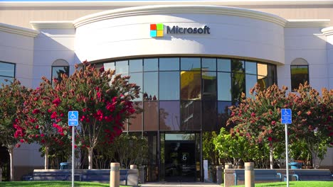Establishing-shot-of-Microsoft-Headquarters-in-silicon-valley-california-1