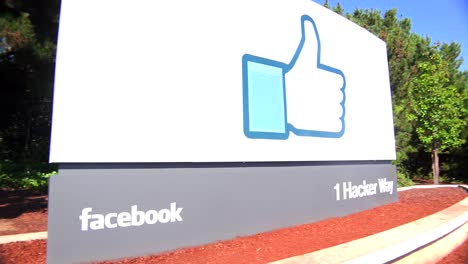 Establishing-shot-of-Facebook-Headquarters-in-silicon-valley-california-2
