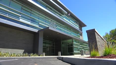 Plano-De-Establecimiento-Del-Exterior-De-Un-Edificio-De-Oficinas-Moderno-Genérico-2