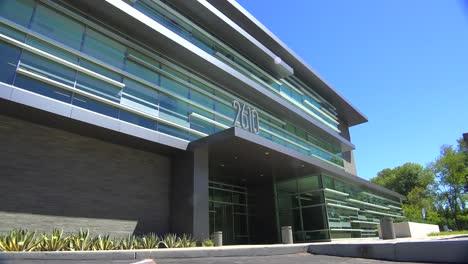 Plano-De-Establecimiento-Del-Exterior-De-Un-Edificio-De-Oficinas-Moderno-Genérico-3
