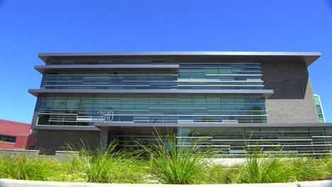 Plano-De-Establecimiento-Del-Exterior-De-Un-Edificio-De-Oficinas-Moderno-Genérico-4
